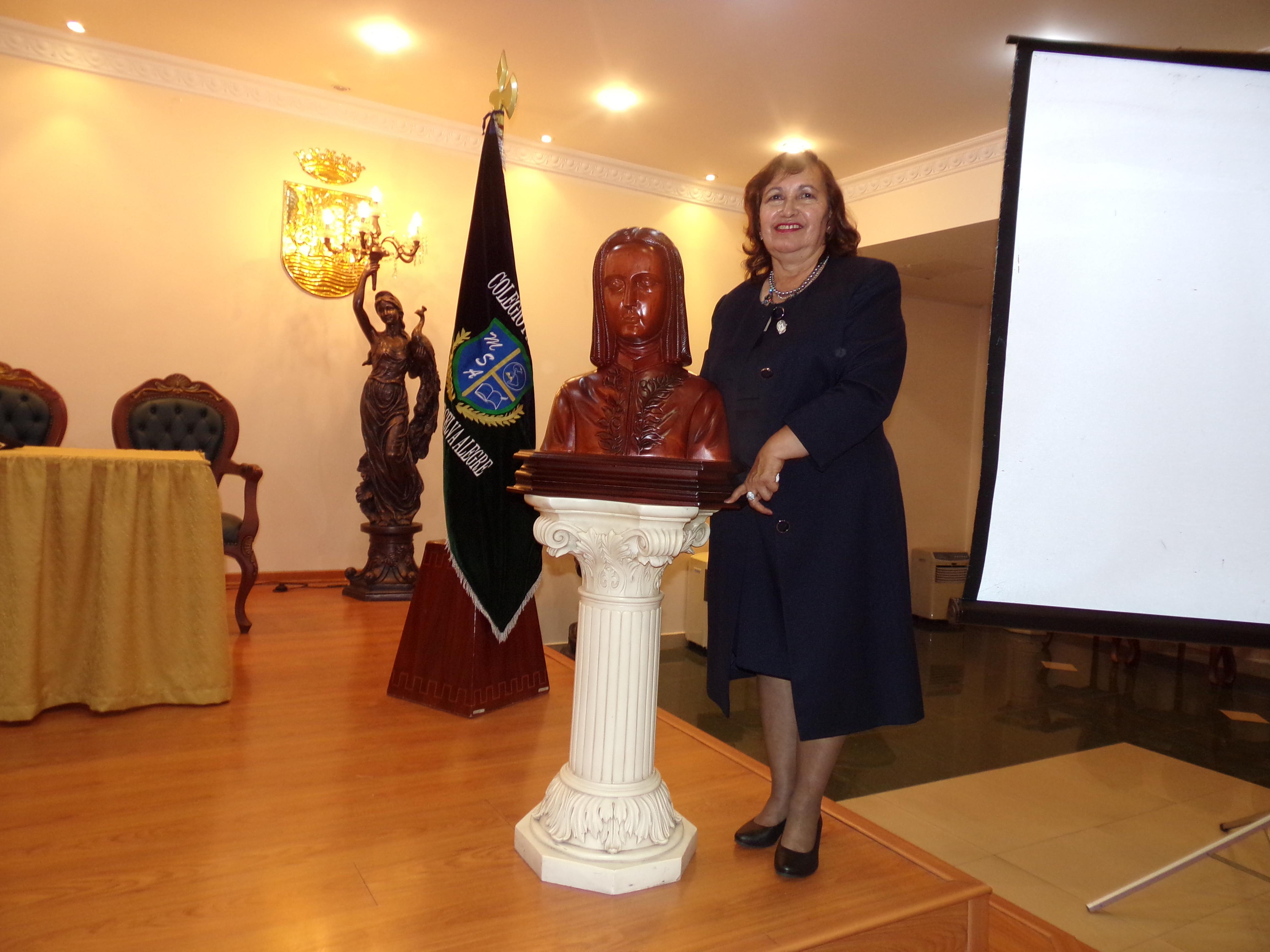 Nuestra querida Directora General haciendo la entrega del busto de nuestro Patrón institucional Juan Pío Montúfar.