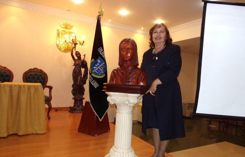 """Nuestra querida Directora General, en la entrega del busto del Patrono Institucional """"Juan Pío Montufar""""."""